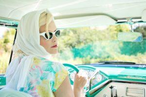 vrouw in auto pixabay