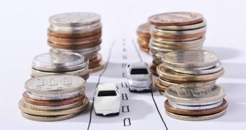 tekening auto's op de weg met geld om te besparen op autoverzekering